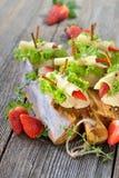 Canapes avec du fromage et des fraises Photo stock