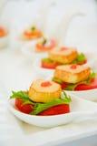 Canapes avec le thon frais, légume Photo stock
