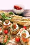 Canapes avec les saumons et le fromage Images libres de droits