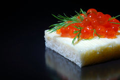 Canapes com caviar vermelho Foto de Stock Royalty Free