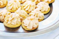 Canapes com manteiga e camarões do caviar Fotos de Stock