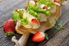 Canapes com queijo e morangos Fotografia de Stock Royalty Free