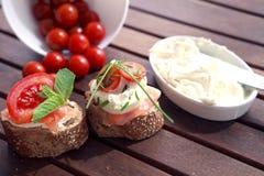 Canapes com salmões e queijo Imagem de Stock Royalty Free