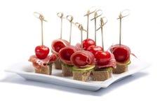 Canapes com tomate e bacon Fotos de Stock Royalty Free