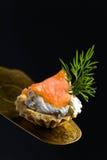 Canapes con el salmón ahumado, el queso cremoso y el eneldo Foto de archivo libre de regalías