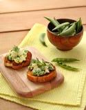 Canapes con la ensalada de los guisantes verdes Fotografía de archivo libre de regalías