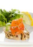 Canapes con los cubos del salmón ahumado, del queso cremoso y del aguacate Fotografía de archivo