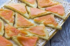 Canapes con los salmones Imagenes de archivo