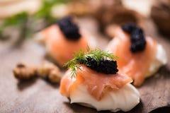 Canapes con los salmones y el caviar fumados Fotos de archivo