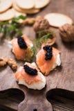 Canapes con los salmones y el caviar fumados Fotografía de archivo libre de regalías
