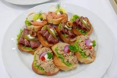 Canapes délicieux avec le thon, jambon, saumon photos libres de droits