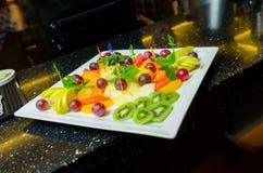 Canapes de la fruta en el restaurante como servicio del abastecimiento Foto de archivo