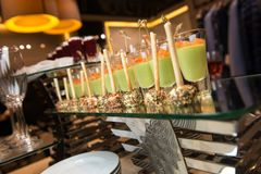 Canapes del aperitivo con los salmones, bolas del queso con las barras de pan Foto de archivo libre de regalías