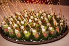 Canapes del huevo de codornices, queso, verduras en la bandeja Imagen de archivo