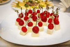 Canapes del postre - frambuesas en el queso Imagen de archivo libre de regalías