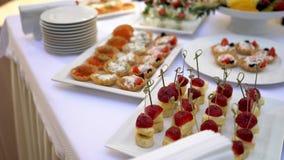 Canapes del queso de la mozzarella, tomates de cereza Tartlets con el caviar almacen de video