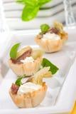 Canapes dell'acciuga e del formaggio cremoso del carciofo, Immagini Stock