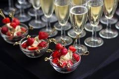 Canapes des Käses und der Erdbeeren mit Champagner Lizenzfreies Stockfoto