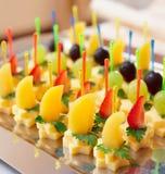 Canapes di formaggio con la frutta Fotografia Stock