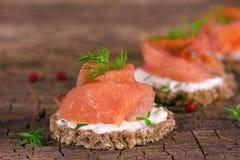 Canapes do aperitivo do feriado com salmão fumado Foto de Stock
