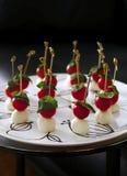 Canapes do queijo com tomates de cereja Foto de Stock