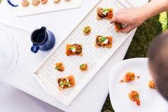 Canapes do vegetariano do serviço do cozinheiro Imagens de Stock