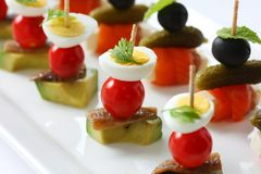 Canapes em toothpicks, pinchos Foto de Stock Royalty Free