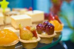 Canapes et bonbons délicieux Photographie stock libre de droits