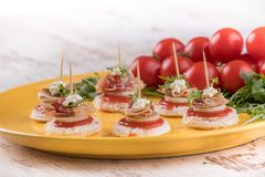 Canapes med bacon Royaltyfri Bild