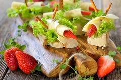 Canapes med ost och jordgubbar Royaltyfri Foto