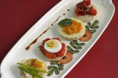 Canapes met eieren, peper en pastei Stock Afbeelding