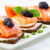 Canapes mit geräucherten Lachsen und Kaviar lizenzfreie stockfotos