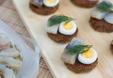 Canapes mit Heringen und Eiern Stockfoto