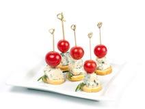 Canapes na talerzu z serowymi i czereśniowymi pomidorami Obrazy Stock