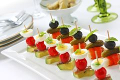 Canapes op tandenstokers, pinchos Stock Afbeelding