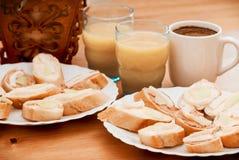 Canapes saborosos com suco e café imagens de stock