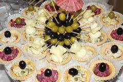 Canapes savoureux frais avec des olives Images stock