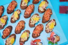 Canapes und leichte Mahlzeiten, Tapas auf dem Tisch im Restaurant stockfotografie