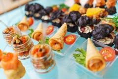 Canapes und leichte Mahlzeiten, Tapas auf dem Tisch im Restaurant lizenzfreie stockbilder