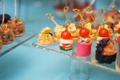 Canapes und leichte Mahlzeiten, Tapas auf dem Tisch im Restaurant lizenzfreie stockfotos
