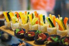 Canapes und leichte Mahlzeiten, Tapas auf dem Tisch im Restaurant lizenzfreies stockbild