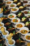 Canapes und leichte Mahlzeiten, Tapas auf dem Tisch im Restaurant stockfotos