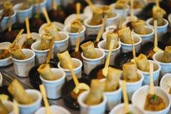 Canapes und leichte Mahlzeiten, Tapas auf dem Tisch im Restaurant stockbilder