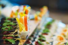 Canapes und leichte Mahlzeiten, Tapas auf dem Tisch im Restaurant stockbild
