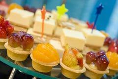 Canapes y dulces deliciosos Imagen de archivo