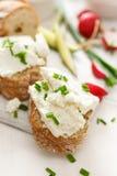 Canapes z curd serem i świeżym szczypiorkiem na białym stole Wyśmienicie i zdrowy śniadanie Obraz Stock