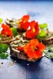 Canapes z zielarskim pesto i jadalnymi nasturcja kwiatami obrazy stock
