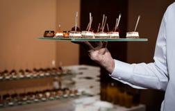Canapeschotel door kelner wordt gehouden die royalty-vrije stock fotografie