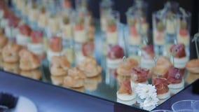 Canapessandwiches voor buffet, opslagopeningen, presentaties of gebeurtenis stock videobeelden