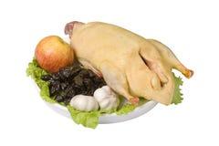 Canard cru avec les pruneaux, la pomme et l'ail images stock